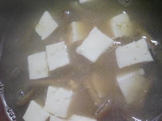 本日の朝ご飯のおかずの写真 佐賀産芝エビと卵の炒め物、北海道産生たらこの煮付けなど