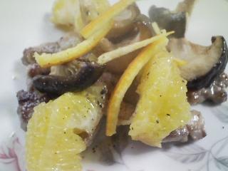 本日のお昼ご飯のおかずの写真 豚ロース肉と伊予柑のソテー、ジャガイモと紫芋のスープ