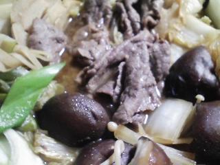 本日の晩ご飯のおかずの写真 黒毛和牛もも肉のすき焼き、香の物(白菜、なす、人参、三浦大根、キュウリ)